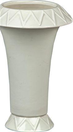 Kubistická váza vtlačená číslice, Čechy, 10./20. léta 20. stol., návrh pravděpodobně A. Procházka nebo jeho okruh, glazovaná bělnina, kónické tělo se širokým lemem a patkou zdobenou lomenou linií, výška 20 cm World War One, Cubism, World War I