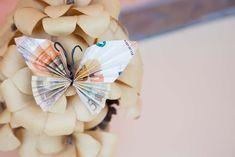 """Je kunt natuurlijk tijdens een verjaardag of huwelijk geld in een envelop doen, maar het kan allemaal echt een stuk origineler. Misschien denk je; geld is geld en daar gaat het om, maar als het allemaal net iets anders """"verpakt"""" dan zal het op degene die het krijgt overkomen alsof je hem/haar toch echt wel Origami Folding, Just Married, Presents, How To Make, Diy, Gifts, Blog, Inspiration, Craft"""