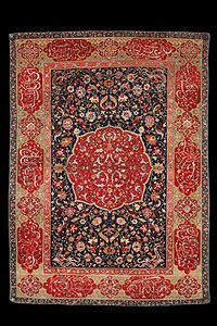 قالی ایرانی صفوی ۱۶۰۰ میلادی  در این فرش خط نستعلیق به کار برده شده است.