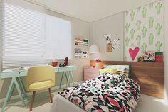 #inpiraçãoQC  Projeto lindo e que dá vontade de estar deitado naquela cama, da Mangarosa Arquitetura ❤️ Eu amo cores justamente por causa disso. Me inspira. Inspiração pra dormir, estudar, ler, pensar... 💡💡