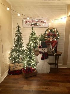 Are you looking for ideas for farmhouse christmas tree? Check out the post right here for perfect farmhouse christmas tree images. This farmhouse christmas tree ideas seems absolutely wonderful. Primitive Country Christmas, Country Christmas Decorations, Christmas Tree Farm, Farmhouse Christmas Decor, Noel Christmas, Vintage Christmas, Simple Christmas, Homemade Christmas, Christmas Lights