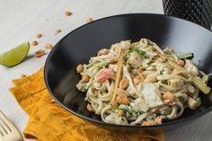 Curry verde de cazón: guisamos jugosos dados de cazón en un curry verde y fumet de pescado. Acompañamos con  verduritas salteadas, cacahuetes y udón.