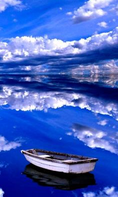 The astoundingly reflective water of Salar de Uyuni, Bolivia 22 photographs showing that the world is more amazing than it first seems Beautiful Sky, Beautiful World, Beautiful Places, Beautiful Scenery, Photoshop, Dubai, Cool Photos, Places To Visit, Around The Worlds