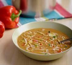 Benodigdheden voor 4 personen: 2 teentjes knoflook 1 rood pepertje (fijngesneden, zaadjes verwijderd) 300 gram kipfiletstukjes 400 gram gesneden roerbakgroente 1 liter bouillon 100...