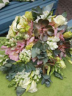 tutti-flora-buque-flores-assimetrico-colorido-folhas-folhagem-decoracao-flores-casamento-convenção-boho-eventos-producao-buque-noiva-debutante