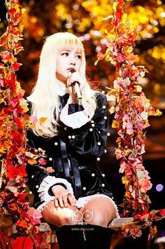 BLACKPINK 's Lisa 's big gorgeous eyes, small face, and flawless visuals made her seem like a living Barbie doll. Blackpink Lisa, Jennie Lisa, Mona Lisa, Kpop Girl Groups, Korean Girl Groups, Kpop Girls, K Pop, Blackpink Thailand, Yg Entertainment