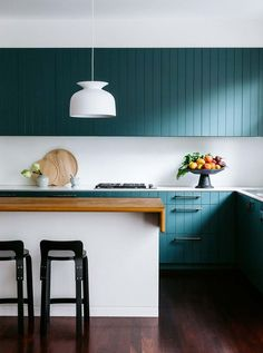 O que achou do uso da cor nesta cozinha assinada pelo escritório Arent&Pyke Studio? Os armários em azul petróleo deram vida e personalidade ao espaço!