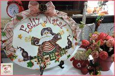Quadro Natalino Oval Grande  Quadro de MDF decorado com papel natalino, relevo, tecido e laço com fita aramada. Tamanho: 22 cm de altura e 28 cm de largura.  Disponibilidade: Pronta entrega