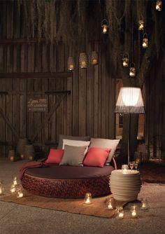 salon oriental pour une atmosphère exotique - lit de jour rond et table d'appoint Dala