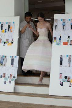 Cette année, Raf Simons semble renouer avec les fondamentaux de Dior : tailles étranglées, robes bustiers à godets et poitrines saillantes