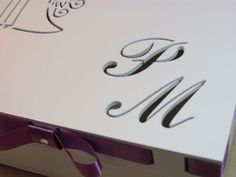 Caixa de mdf passa fita, com figura dos noivos e iniciais dos noivos vazadas na tampa da caixa. Dimensões: 20cm X 20 cm X 8,5cm. Comporta média de 16 bem casados/trufas/doces/bombons