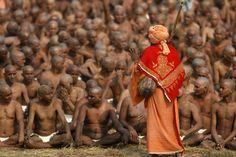 Un mentor espiritual del hinduismo guía los rituales en India para que los creyentes sirvan a su dios como los 'hombres santos desnudos'. (AP)