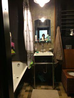 Квартира с качественным дизайнерским ремонтом в одном из самых престижных районов Москвы. Комнаты изолированные. Встроенная мебель и бытовая техника. В стоимость входят: шкафы, полки, встроенная кухня, посудомоечная машина,стойка барная, водонагреватель. Дорогие качественные стеклопакеты- шума...