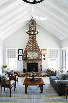 A key element of the Hamptons look is combining old with new - and nowhere is this more true than in the living room. Hamptons Style Decor, Hamptons House, The Hamptons, Masters Of Flip, Decor Interior Design, Interior Decorating, Fantasy House, Building Design, Great Rooms