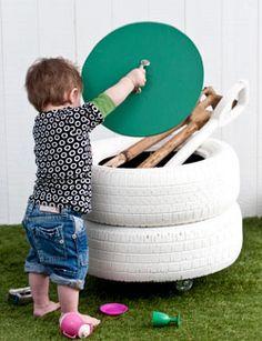 Gave opberger voor speelgoed gemaakt van autobanden. Benodigdheden: 2 autobanden mdf-plaat, 8 mm, 122×61  3 zwenkwielen  decoupeerzaag handgreep  Bison contactlijm restje (witte) latex restje verf (voor de deksel) schroeven kwast/roller sop en doekje