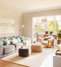 Salón con sofás, mesas de centro con bandeja, butaca y lámpara de pie. Galería al fondo 00406032
