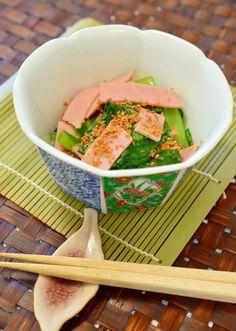 「塩分控えめ!小松菜とハムの☆ゴマ和え」ハムの塩分がありますので、めんつゆの分量を減らす事が出来ます。ピンクのハムと緑の小松菜の色が、綺麗で食欲をそそります。簡単なので、後一品に便利ですよ。【楽天レシピ】