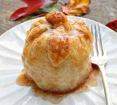 丸ごとのりんごを包んで焼くだけでアップルパイが作れちゃう!?アップルパイというと、なんだか作るのが難しそうってイメージがあるけど、これなら誰でも簡単に作れそうな予感♪見た目のインパクトも凄いから、普段のおもてなしやクリスマスパーティーにも活躍しそうですよね。そんな丸ごとアップルパイのレシピをまとめてみました。