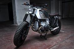 Quando sei al caldo, vorresti una moto e una scorta di ghiaccio. E'nata così l'ispirazione per la trasformazione di questa Bmw R45, una moto per affrontare strade assolate e mulattiere con la stessa disinvoltura. Metallo freddo a vista ma non per le sensazioni che trasmette.