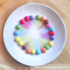 Experiment med smarties – Lek och Experiment Science Projects, Art Projects, Popsicle Stick Catapult, Kid Experiments, Letter Activities, Indoor Activities For Kids, Easy Science, Toddler Art, Nature Crafts
