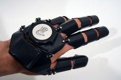 Vous vous demandez toujours où est passé votre téléphone portable ? Ne cherchez plus et utilisez votre main pour passer un coup de fil ! Et oui, maintenant c'est possible grâce à un super gant high-tech : le Glove One. À découvrir sans plus a...