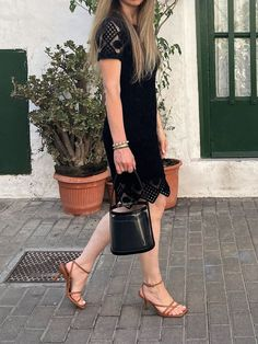 Discover how to make a black patent leather bag look summer-appropriate. #style #estilo #styleblog #blogdeestilo #styleinspiration #styletips #styleideas #ideasestilo #trends #trends2021 #tendencias2021 #tendencias #outfitideas #patentleather #blackpatent #charol #charolnegro #blackpatentleatherbag #bolsocharolnegro #staud #bucketbag # Black Patent Leather, Leather Bag, Leather Accessories, Bucket Bag, Style Inspiration, Summer, Bags, Style Blog, Patent Leather