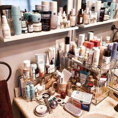 How to Organize & Display Makeup in Cool Ways, makeup organization,makeup vanity,makeup storage organization small spaces Makeup Desk, Makeup Rooms, Makeup Storage, Makeup Organization, Skin Makeup, Storage Organization, Makeup Tips, Beauty Desk, Beauty Room