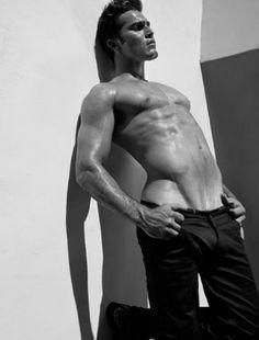 Tyler Hoechlin pose superbement sexy