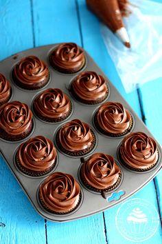 Chocolate cupcakes - Ihanat ja nopeasti valmistuvat suklaakuppikakut - Pullahiiren leivontanurkka Chocolate Frosting, Chocolate Cupcakes, Delicious Chocolate, Celebration Cakes, Coffee Shop, Muffins, Goodies, Food And Drink, Pudding