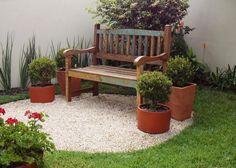 Jardim com primavera e banco.
