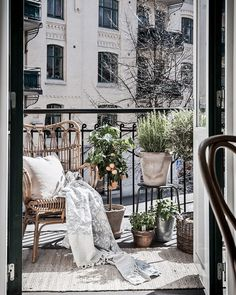 Cool 37 Unique View Design Ideas For Balcony Apartment That Make You Cozy. Transforming your balcony into useful lively space is not a very difficult task. If your balcony is connected to your […] Tiny Balcony, Balcony Plants, Balcony Ideas, Balcony Gardening, Gardening Blogs, Organic Gardening, Balcony House, Paris Balcony, French Balcony