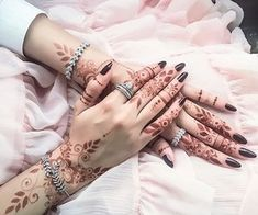 Find images and videos about henna on We Heart It - the app to get lost in what you love. Arabic Henna Designs, Unique Mehndi Designs, Beautiful Henna Designs, Henna Tattoo Designs, Bridal Mehndi Designs, Khafif Mehndi Design, Mehndi Design Photos, Mehndi Images, Mehndi Designs For Beginners