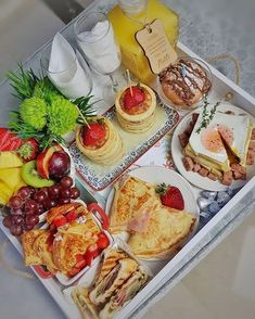 Breakfast On The Beach, Breakfast Basket, Romantic Breakfast, Breakfast Tray, Parisian Breakfast, Brunch Recipes, Breakfast Recipes, Party Food Platters, Aesthetic Food