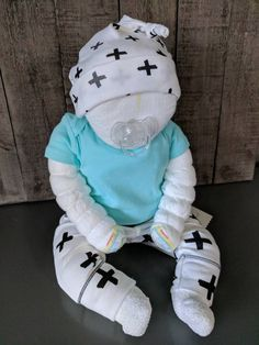 Baby shower diaper cake baby or centerpiece blue boy or girl neutral unisex cute - This little cutie would be the perfect baby shower gift for that special expectant mother or to bri - Baby Shower Gift Basket, Baby Shower Niño, Shower Bebe, Baby Shower Diapers, Baby Shower Cakes, Baby Boy Shower, Baby Shower Gifts, Baby Gifts, Girl Gifts