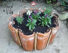 Amazing DIY garden decor with roof tiles See beautiful tips for making a garden decoration with tiles. You will simply love them. They are incredible crafts and decoration and easy to do. Pinterest Crafts, Roof Tiles, Diy Garden Decor, Clay Pots, Garden Planters, Garden Tiles, Dream Garden, Garden Projects, Backyard Landscaping