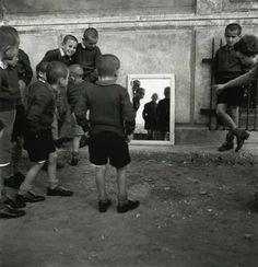 1945 αγόρια μπροστά στο καθρέφτη φωτ.Β.Παπαιωάννου
