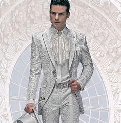 Bräutigam Anzug, Redingote, perlgrau, aus Brokat-Stoffen mit Swarovski-Kristall am Revers, koordiniert mit weißem Hemd mit Silber-Stickerei, Amadeus mit Einstecktuch, aus Silber-Spitzen, Nadel und Gürtel mit Edelkristall, weißer Stock mit Silber-Griff, Zylinder, perlgrau, aus Taft mit Edelkristall und weiße Schuhe.