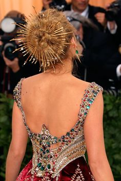 See The Most Impressive Met Gala Headpieces Up Close See The Most Impressive Met Gala Headpieces Up Close Marvel At The Beautiful Designs From Every Angle Blake Lively Harpersbazaaruk Hollywood Glamour, Old Hollywood, Celebrity Wedding Dresses, Celebrity Weddings, Cannes Film Festival, Gossip Girl, Für Immer Adaline, Couture Fashion, Fashion Show