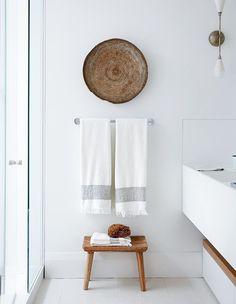 Nice 39 Pure and White Bathroom Decor to Make your Small Bathroom Looks Spacious http://homiku.com/index.php/2018/04/03/39-pure-and-white-bathroom-decor-to-make-your-small-bathroom-looks-spacious/