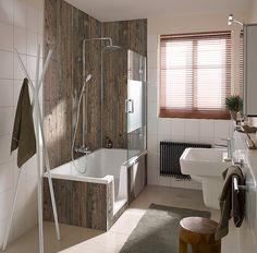 Kombinationen aus Dusche und Badewanne sind ideal für kleinere Bäder. Die Wanne hier hat zudem noch eine Seitenöffnung, um den Einstieg zu erleichtern.