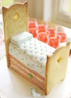 Hermoso pastel con extremos de galleta,de la cama de la princesa con su guisante,bello,bello.