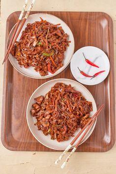 Ázsiai csirkés pirított rizstészta recept   Street Kitchen Fusilli, Quesadilla, Penne, Bologna, Gnocchi, Japchae, Ethnic Recipes, Food, Lasagna