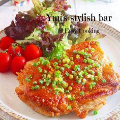 スピード度 ★★★★★ 難易度  ★ 調理時間  10min(鶏肉に下味をつける時間を除く) 簡単節約スピードレシピ♪ 今回のレシピは、鶏肉を使った 簡単!シンプル!激ウマ!な一品のご紹介です(*/▽\*) これ、鶏肉に塩・こしょうをして フライパンで焼いて、あとは、バターとポン酢のタレを絡めるだけ〜♪ たったこれだけなのに・・・めちゃくちゃ美味しいです♡ バターとポン酢の組み合わせ・・・ これは、絶対に間違いないです!!! コクのある甘酸っぱいタレが鶏肉に絡むと それはもう大変!!! ご飯もお酒も、どんどん進んじゃいます。笑 1枚の鶏肉を2人で・・・ と思って作ったのですが 美味しすぎたので、1人1枚でもよかったかも〜。笑 彼も『美味しい〜』と言って た〜くさん食べてくれた、この一品(♡´艸`) めちゃくちゃオススメですので 機会がありましたら、ぜひぜひお試し下さいね♪ *チキンのバタポンステーキ* 《材料》(2人分) ・鶏もも肉     1枚(300g) ・塩、こしょう   少々 ・薄力粉   ...