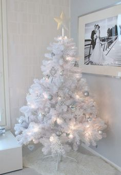 White Xmastree - Home White Home The small focus on the absolute most romantic party of the year Eieiei, the Christmas party is neari White Christmas Trees, Ribbon On Christmas Tree, Christmas Tree Themes, Pink Christmas, Christmas Home, Merry Christmas, Diy Christmas Ornaments, Christmas Wreaths, Tropical Christmas Decorations