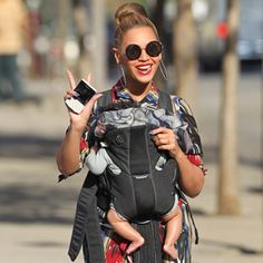 Beyonce & Blue Ivy Carter: Central Park Pair Beyonce waves to photographers as she takes a stroll through Central Park with her adorable daughter Blue Ivy on Monday afternoon (April in New York City. Blue Ivy Carter, Style Beyonce, Beyonce And Jay Z, Beyonce Music, Beyonce Blonde, Ivy Bleu, Sunglasses Online, Round Sunglasses, Circle Sunglasses