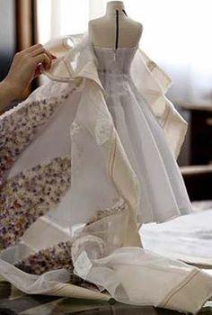 Le Petit Théâtre Dior – Haute  http://www.virginiebiard.com/le-blog-de-vb/category2014/juillet/dior/haute-couture-en-miniature