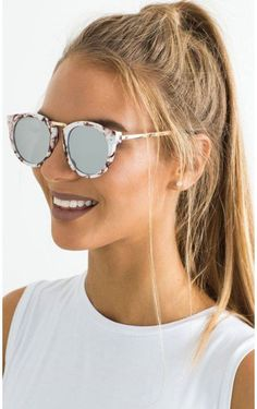 Sunglasses Quality - Thunderstruck sunglasses in white marble I am sure that many times you have wondered if your sunglasses are good, if you have the protection against the ultraviolet that promises the seller and / or manufacturer Ray Ban Sunglasses, Mirrored Sunglasses, Sunglasses Women, White Sunglasses, Summer Sunglasses, Stylish Sunglasses, Lunette Style, Jewelry Accessories, Fashion Accessories