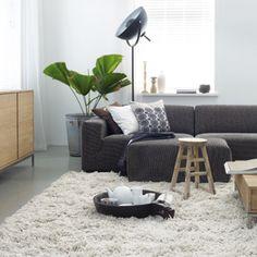 Stylingtip: Een vloerkleed zorgt voor eenheid, mits het groot genoeg is. De meubels moeten er geheel of gedeeltelijk op kunnen staan. Het geeft rust en trekt de meubels naar elkaar toe.