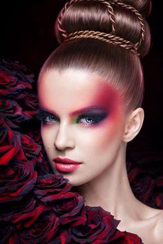 makeup per le occasioni speciali con ombretto verde, rosso, blu e viola e le labbra rosse