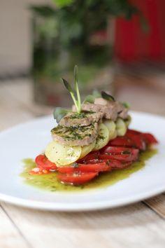 Ensalada de tomate con pelota a la vinagreta de albahaca. La Camarga Restaurant.